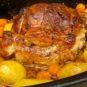 Vepřová plec pečená pomalu společně s bramborami a mrkví