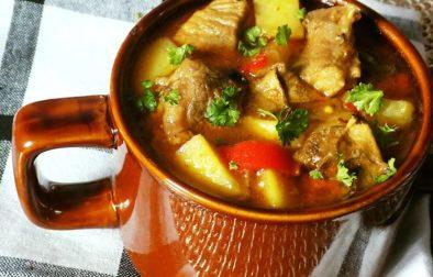 Chalupářské vepřové maso s bramborami a sušenými houbami