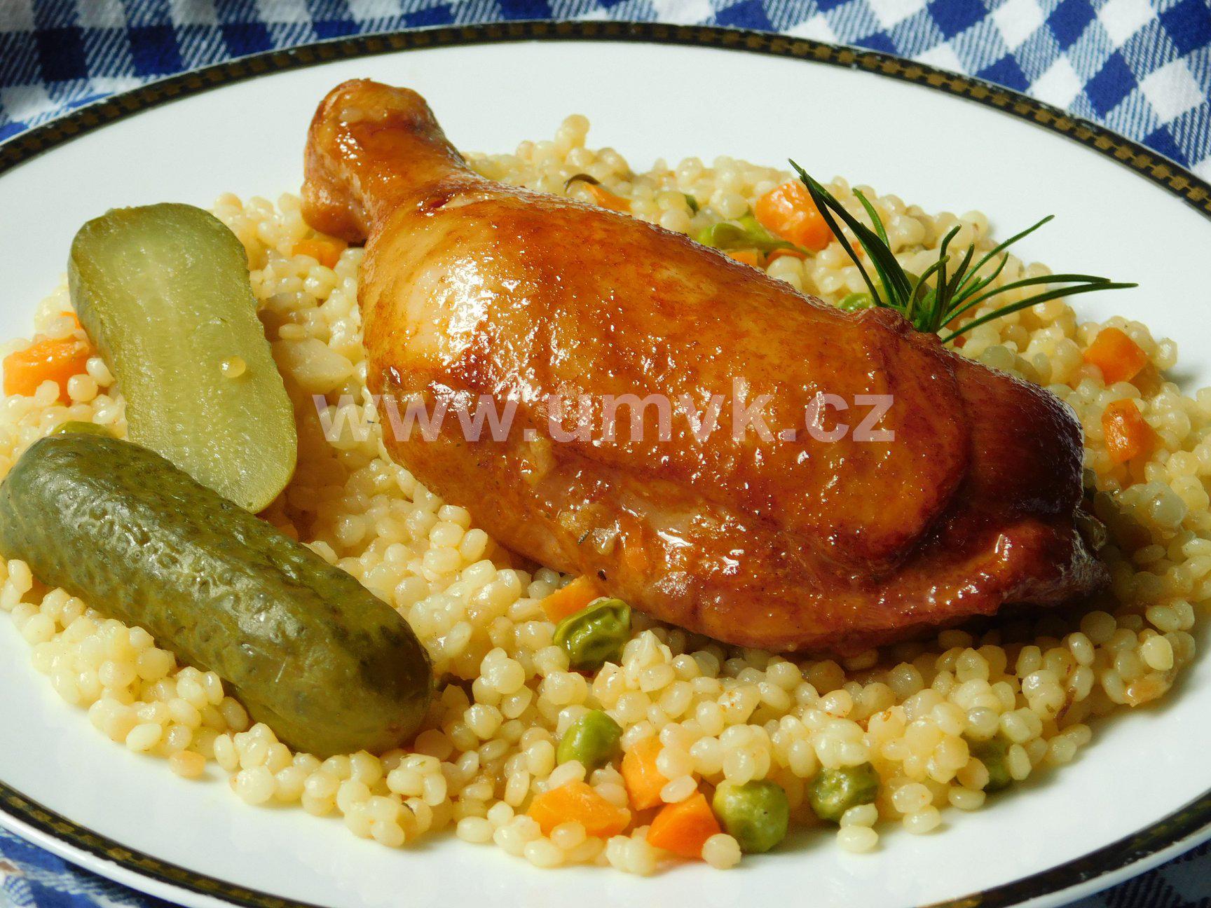 Uzená kuřecí stehna s pikantní tarhoňou z jednoho pekáče