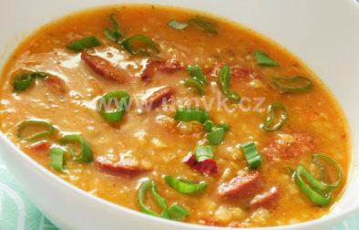 Polévka z červené čočky a pikantní klobásy